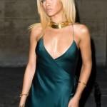 Rihanna estrena nuevo look en evento, en donde se presenta con su pelo rubio