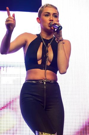Miley-Cyrus-en-concierto-con-Borgore-01