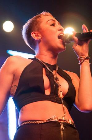 Miley-Cyrus-en-concierto-con-Borgore-03