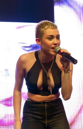 Miley-Cyrus-en-concierto-con-Borgore-05