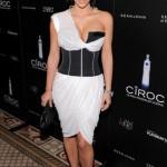Galería: Kim Kardashian visitando Kuwait con un sexy (y raro!) vestido